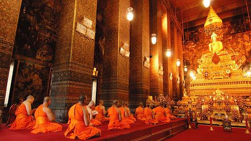 monjes-budistas-en-el-templo-del-buda-reclinado-bangkok-tailandia.jpg