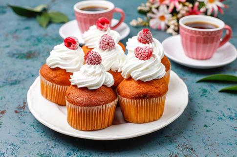 cupcakes-decorated-whipped-cream-frozen-