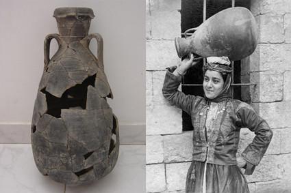 Links: ein sogenannter Gazakrug nach der Restauration, Rechts posiert eine junge Araberin mit eben so einem Krug.