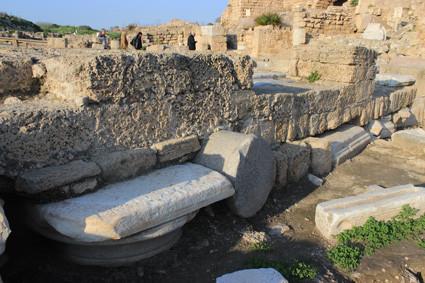 Caesarea: Antike Spolia als Mauerfundament