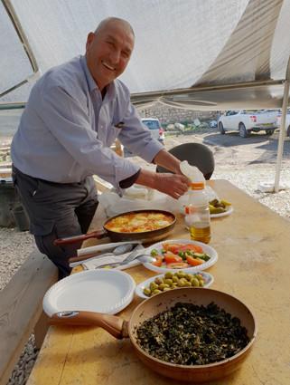 Ali bei seiner liebsten Beschäftigung: Frühstück machen.