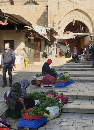 Frauen am Damaskustor in Jerusalem verkaufen das, was sie in Garten und Natur geerntet haben
