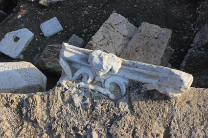 Caesarea: Antikes Säulenkapitell verbaut in mittelalterlicher Mauer