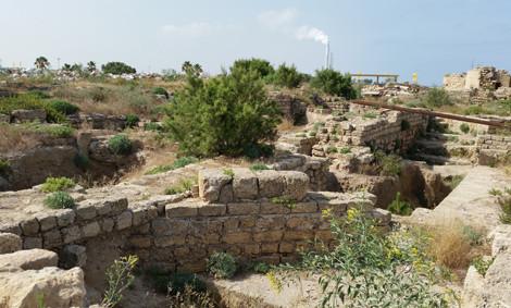 Im Mauergewirr kaum zu erkennen: die Überreste der achteckigen Kirche von Caesarea