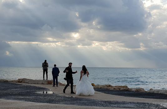Hochzeitspaar am Strand von Tel Aviv