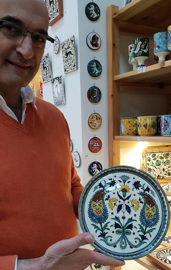 Hagop Karakashian in seiner Jerusalemer Werkstatt