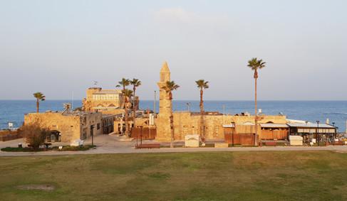 Der Blick von der Tempelplattform über die Hafenanlage von Caesarea
