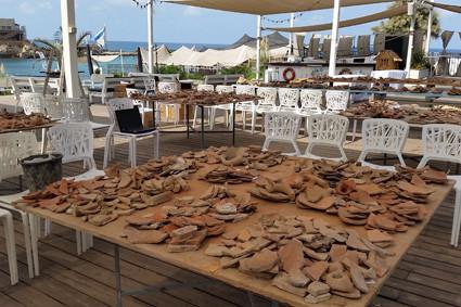 Tische auf denen sonst Buffets aufgebaut werden, dienen den Archäologen dazu zehntausende Scherben von Amphorenkrügen zu sortieren.