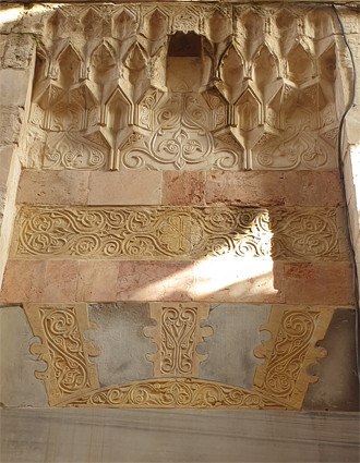 Jerusalem Altstadt, Bab el Hadid-Straße: Ablaq- und Stuckdekorationen an der Maschariyya Madrasa