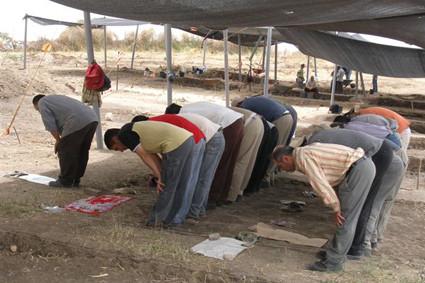 Viele der Arbeiter, die für die israelische Antikenbehörde arbeiten sind Moslems, und zur Mittagszeit wird das Grabungsareal zum Gebetsraum.
