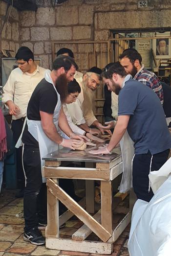 Matzen-Backen im Nahlaot-Viertel in Jerusalem