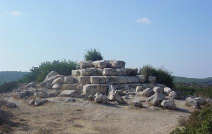 Horbat Midras: Pyramide