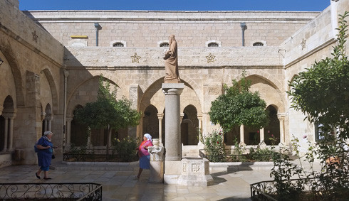 Der von Barluzzi restaurierte mittelalterliche Kreuzgang der St. Katharina Kirche in Bethlehem, dem Ort der katholischen Mitternachtsmesse am 24. Dezember