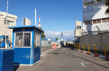 Vor verschlossenen Toren, der Eingang in die Armeekaserne meines Sohnes