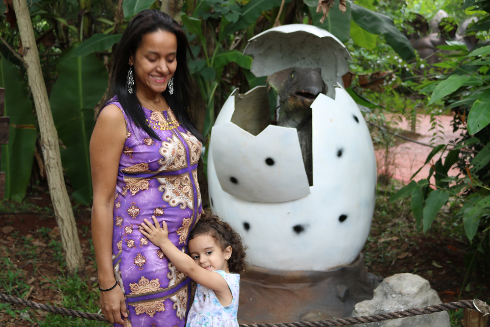 mãe grávida com a filha