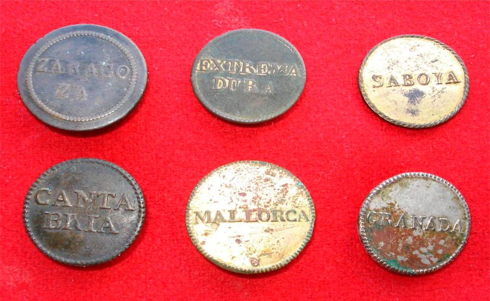 Botones de Infantería de Línea española. El primero del reglamento de 1802, y los otros del de 1805, todos con el nombre del Rgto. (Colec. del autor)