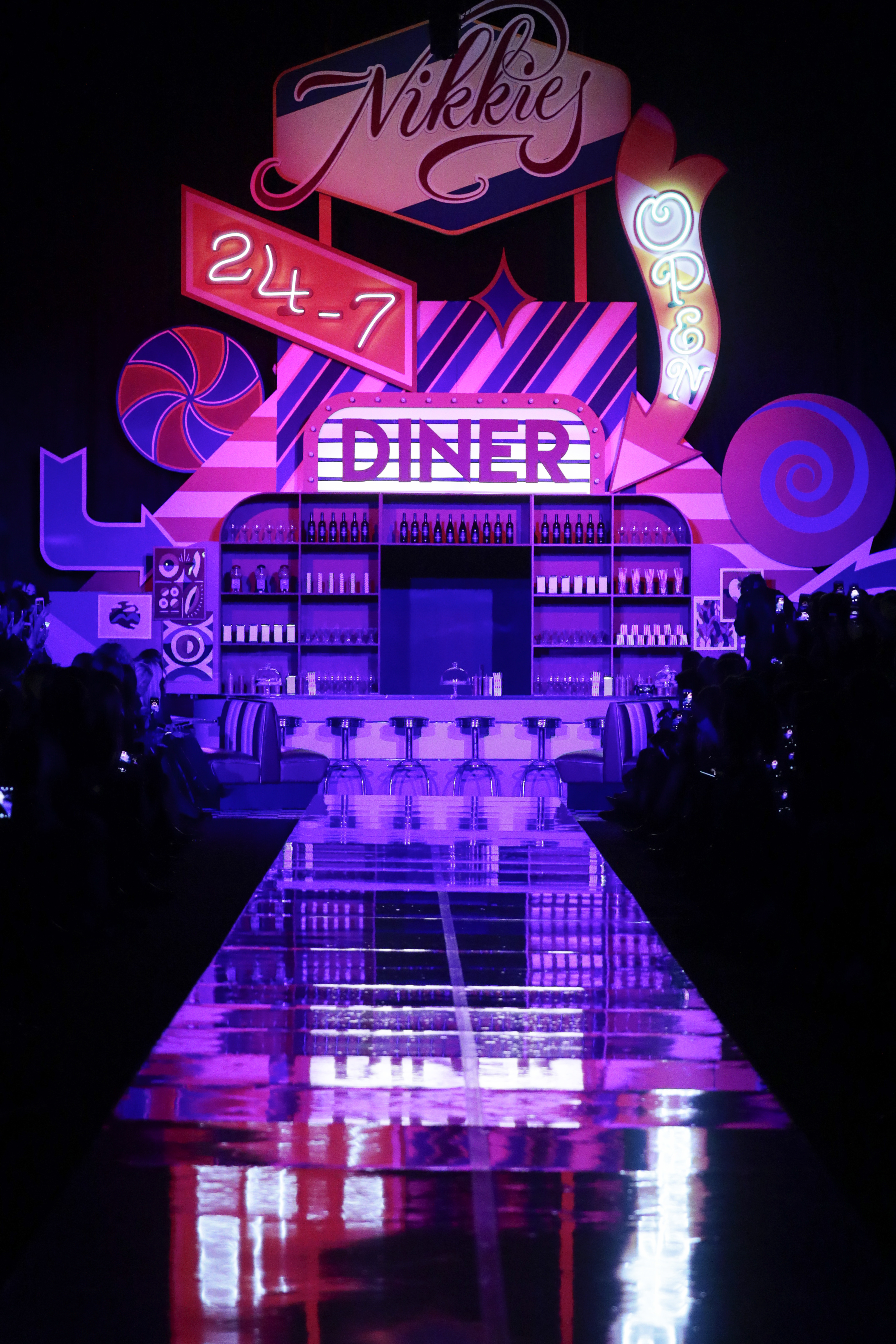NIKKIE's diner decor