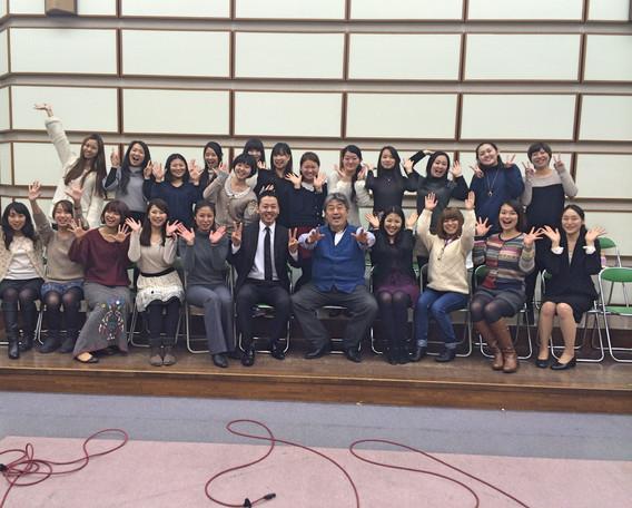 洗足学園音楽大学声楽科の皆さん、辻秀幸先生(指揮)、曲尾雅子先生(Pf.)と。  2014.3