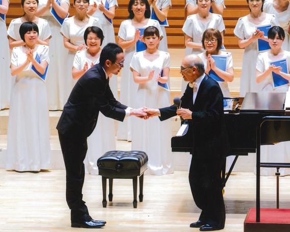 演奏後のステージで今井邦男先生(指揮)と。  2015.7 グリーン・ウッド・ハーモニー定期演奏会