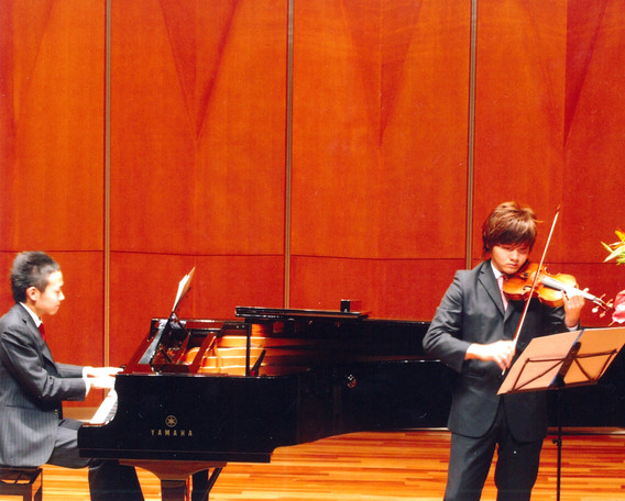 ヴァイオリンの依田君と発表会にて(自作曲)。旧ヤマハホール。