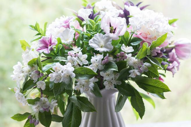Букет с цветами и пряными травами