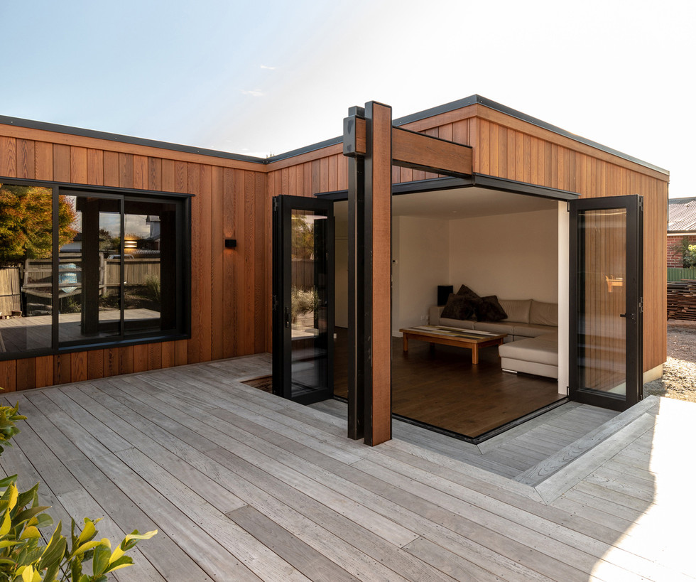 Seamless opening between courtyard and L