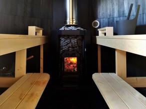 Fin de journée en se relaxant dans un sauna au feu de bois