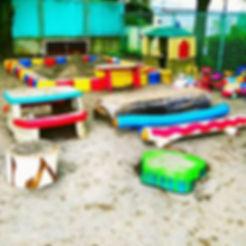 後藤 てるみ_園庭のデザイン_白い椅子,カエルの池,えび,青い丸太_切り株に水性