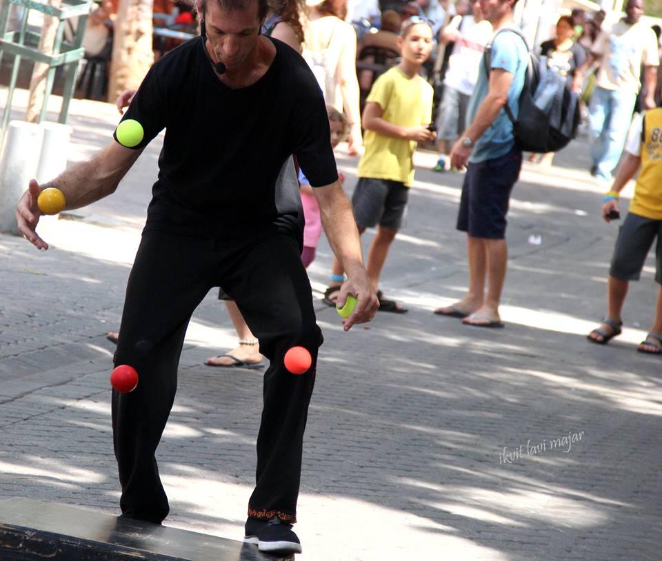 boucing balls street show
