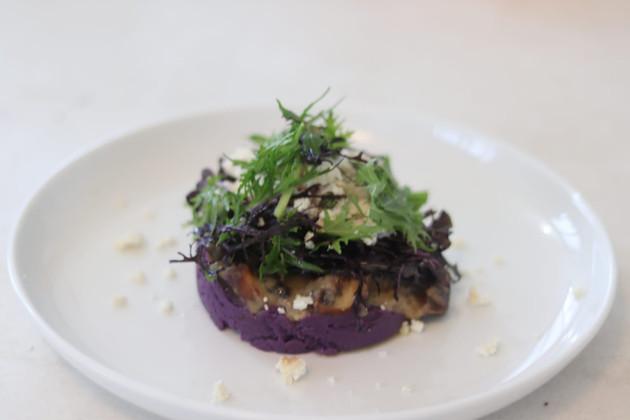 פירה בטטה סגולה עם פטריות צלויות, גרייבי חום, פטה שקדים ורוקט