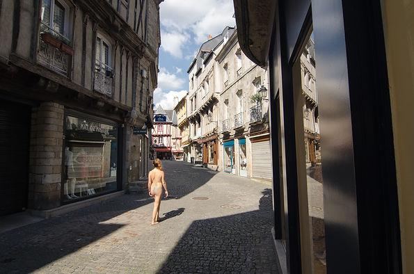 femme nue centre ville Vannes coupe du monde de football