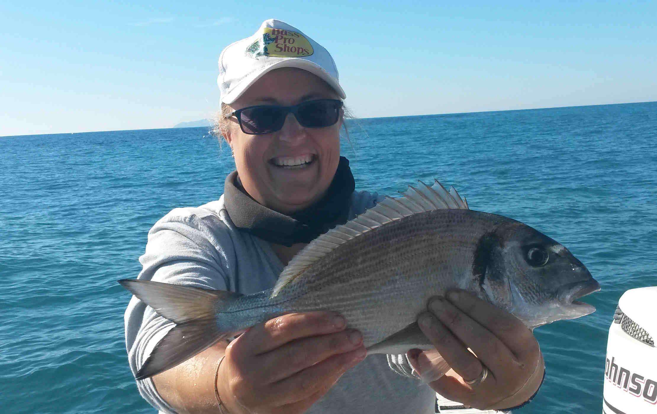 l'amica Samuela, ci mostra una bella orata appena catturata innescando la sardina