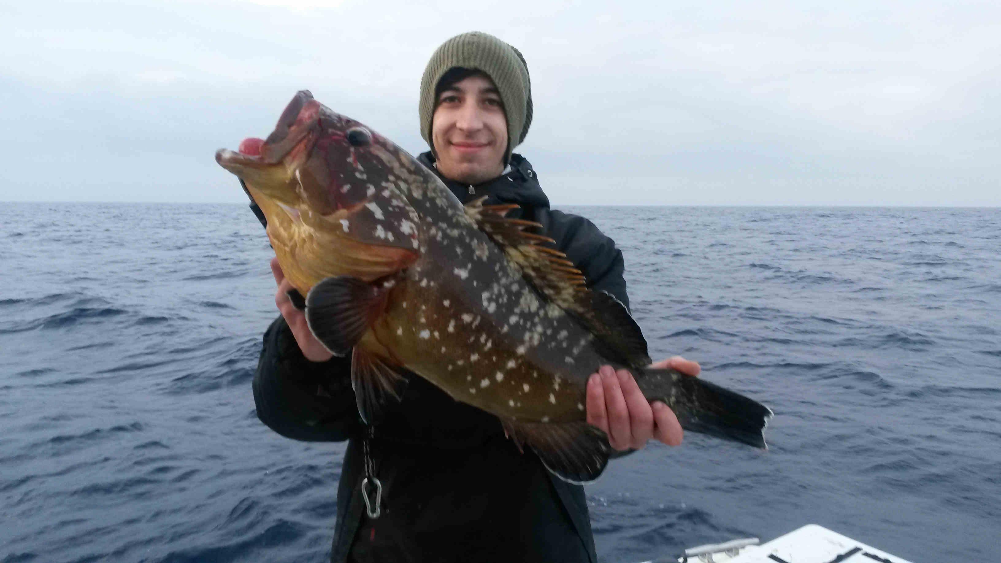 l' amico Filippo ci mostra una grossa cernia bruna catturata a bolentino innescando un calamaro mort