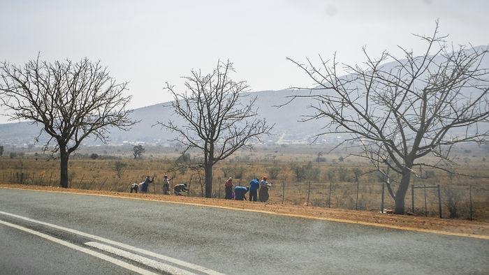 Teeääres võis märgata palju inimesi kes tööle minekuks tee ääres häältasid