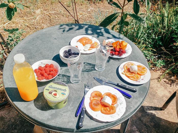 Meie igahommikune rutiin, hommikusöök aias päikest nautides