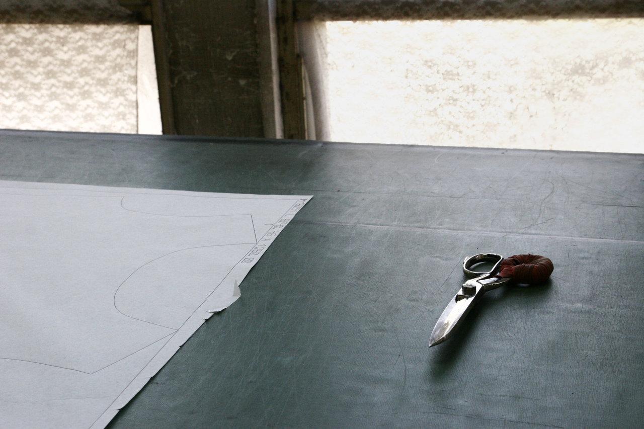 שולחן עם מספריים