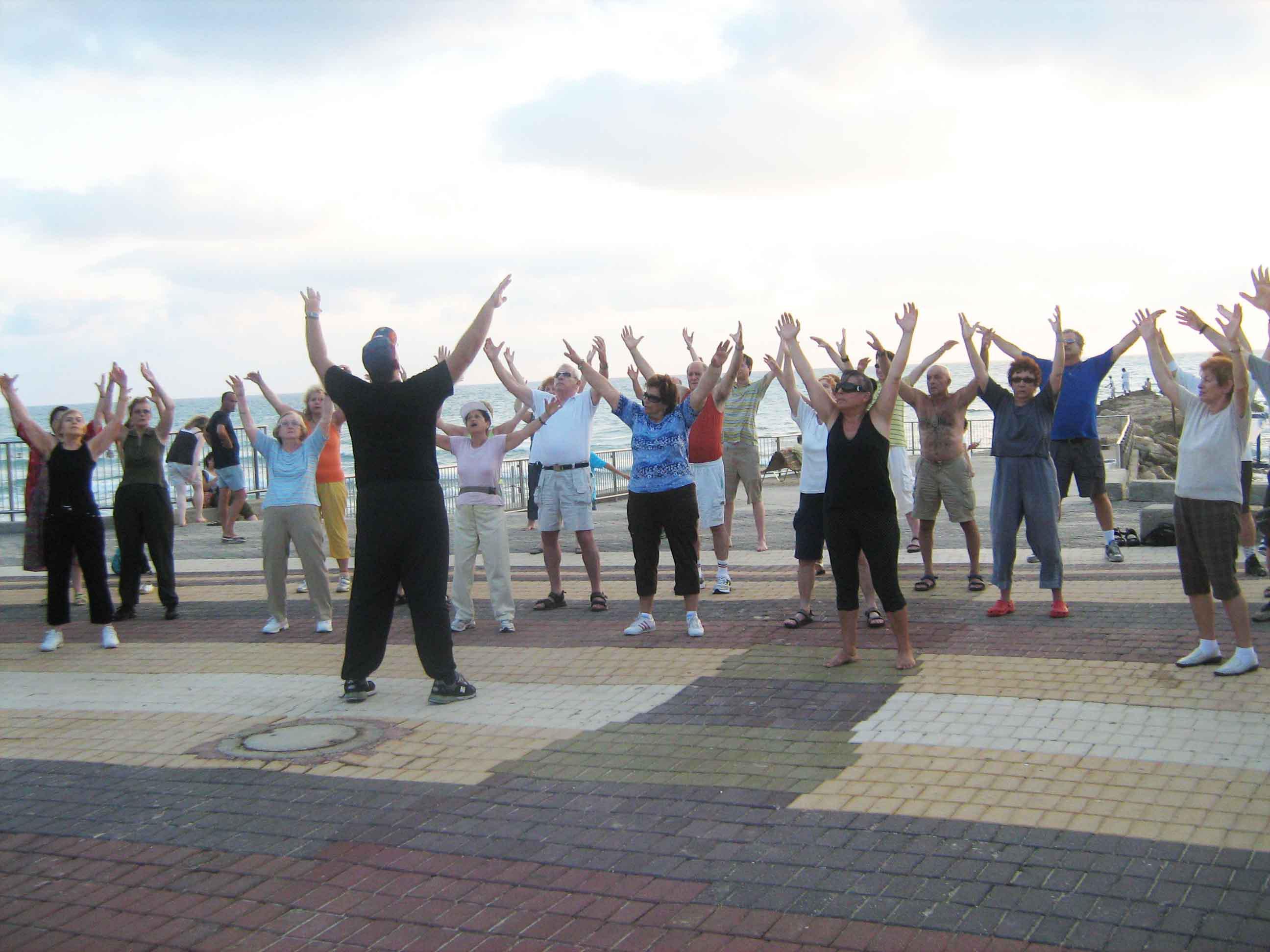 עם כל הקבוצה ידיים לשמים