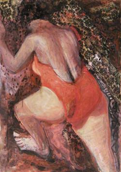 אישה בבגד ים דוחפת במעלה הר