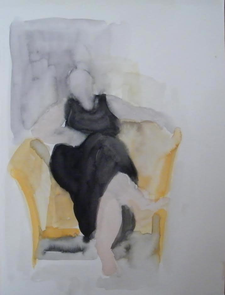 אישה יושבת בכורסא