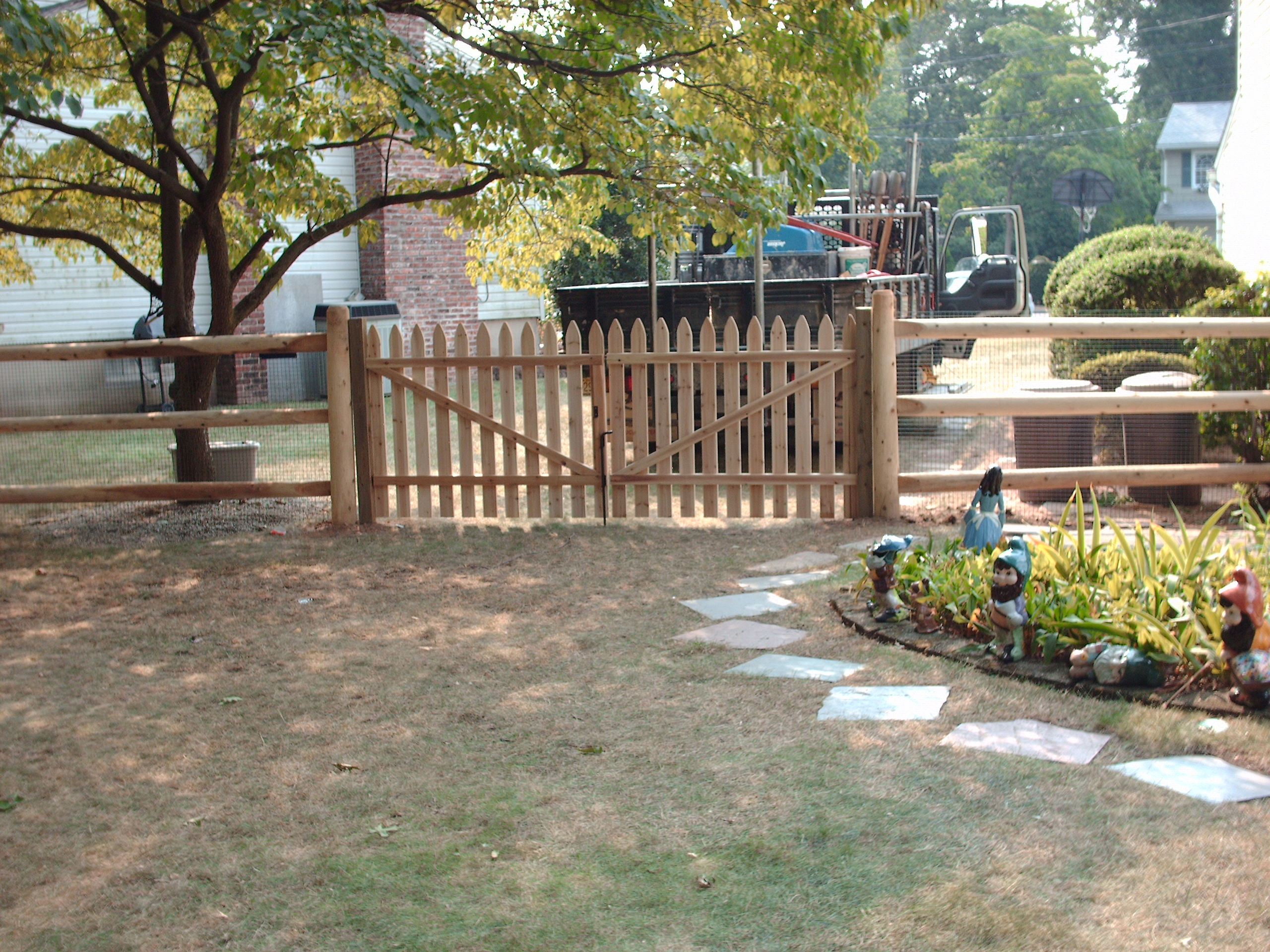 Round Rail Fence with Gate