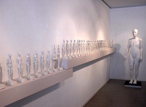 installation Galerie Brügger, ceramic sculpture, humans, terracotta