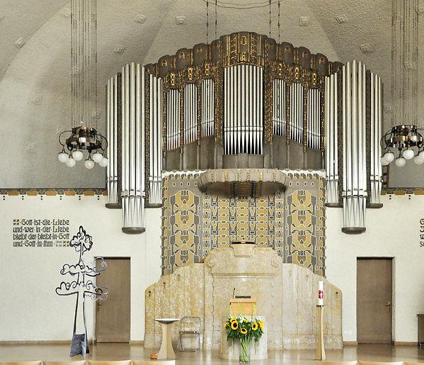 wolkenbaum in kirche.jpg