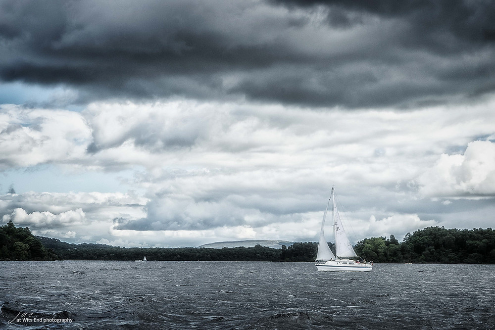 Photo sailboat on Loch Lomand under clouds