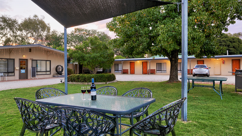 Euroa Motor Inn front outdoor seating area