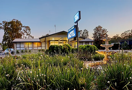 A photograph of th front of Castle Creek Motor Inn