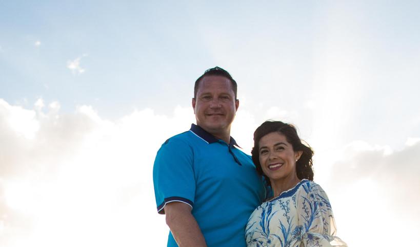 photoshoot_engagement_wedding_islamujeres_claudiaHa_family_sunset_coupleshoot.jpeg