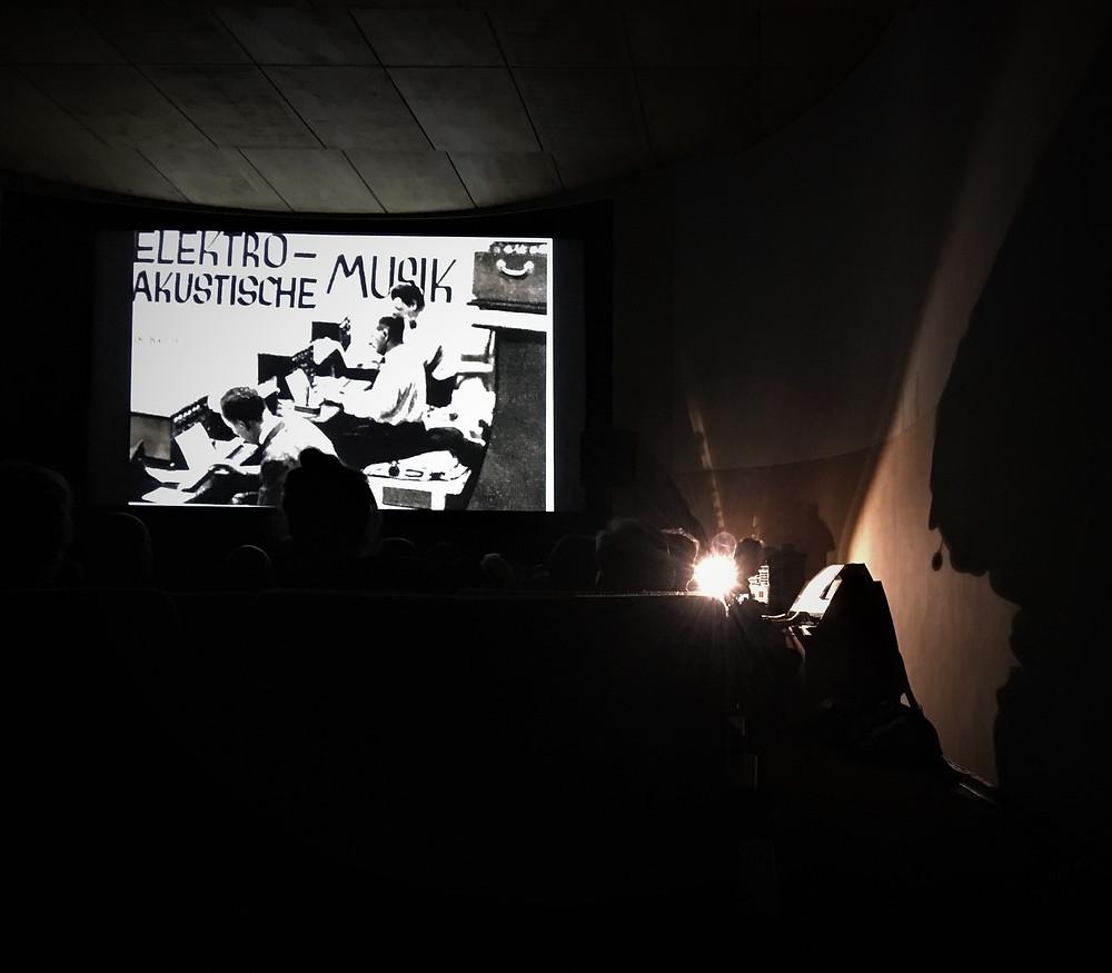 20 Uhr. Kino 813 in der Brücke. Peter Pichler. Live-Vertonung Hitchcocks Die Vögel. Kölnischer Kunstverein