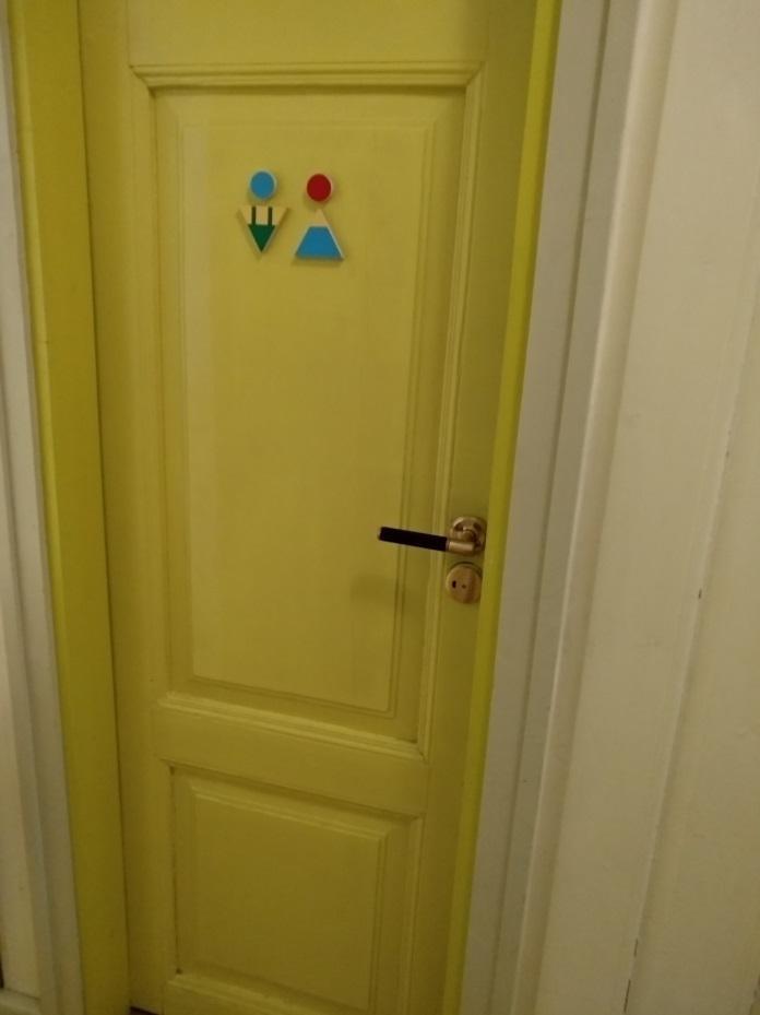 Очень лаконично и уважительно маркированы двери в туалет. Это тонко и важно.  