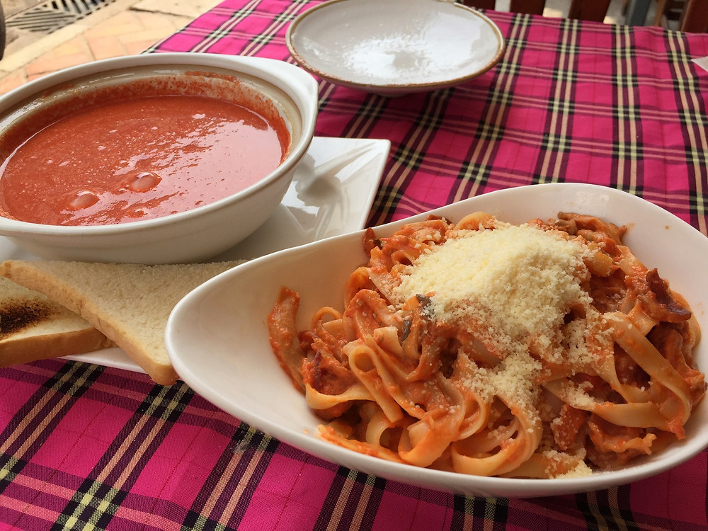 ラオスで食べたパスタとスープ!