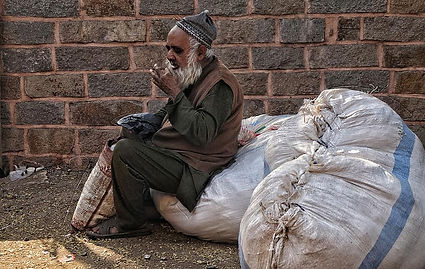 poor-eating-frame-beard-street-india-sec